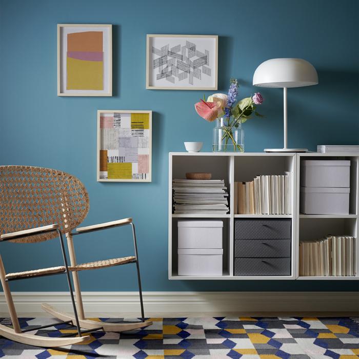 擺放掛牆方形開放式貯物櫃及織藤搖椅的客廳。