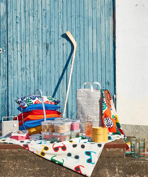 夏日派對布藝、碟、小食及用來擺放物品的黑白色KLUNKA洗衣袋。
