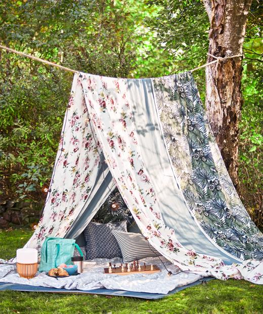 在兩棵樹之間拉起一條繩,再掛上類似彩色EMMIE ROS布料般的長布,打造夏日野餐帳幕。