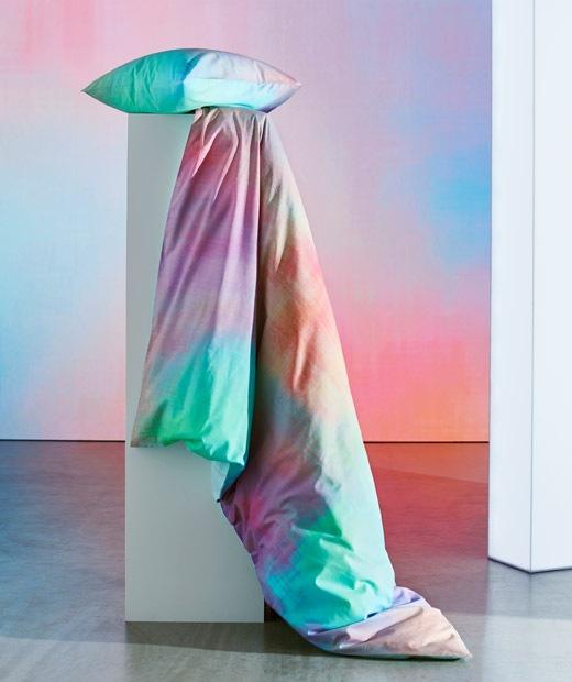 放在支柱上的彩色被及枕頭。