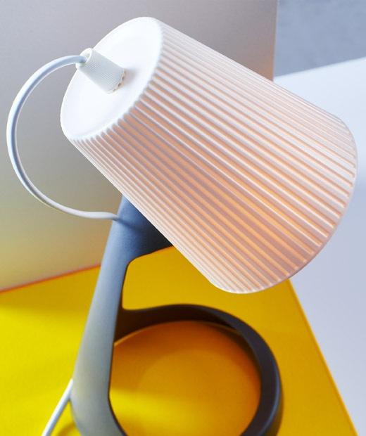 工作燈的白色燈罩特寫。