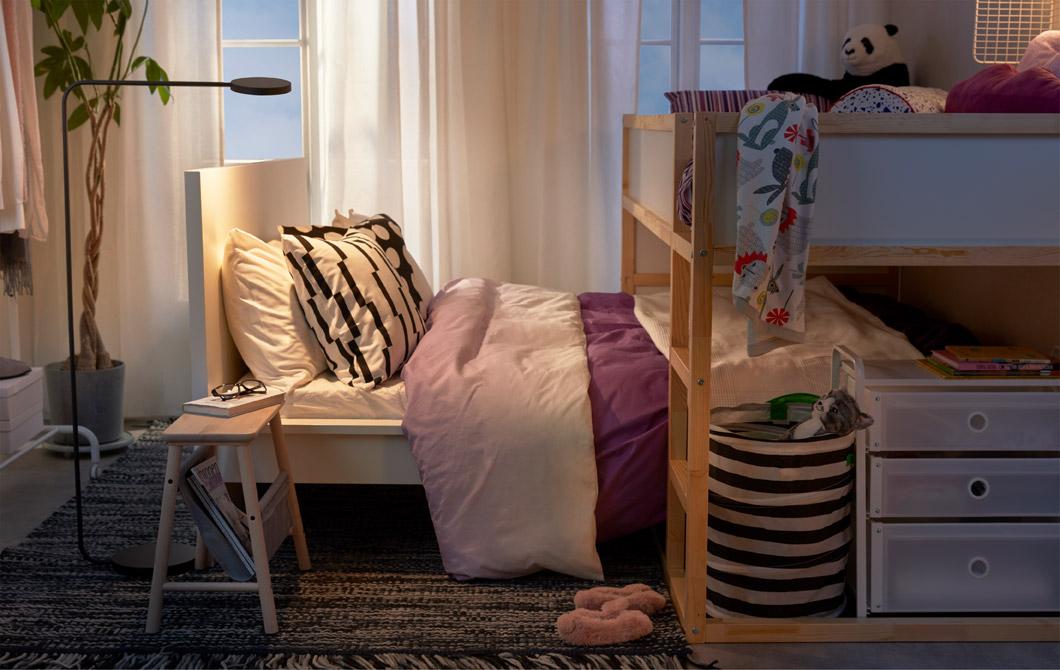 在小睡房裡,高架床下有一張矮睡床(兒童睡床橫跨在父母的睡床之上)。