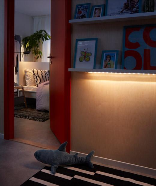 睡房外的走廊或空間,牆架下方的LED燈串散發柔和光芒,照亮地面。