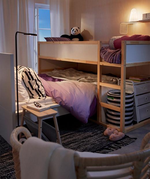 睡房設有一張高架床,床下有一張矮睡床(兒童睡床橫跨在父母的睡床之上)。