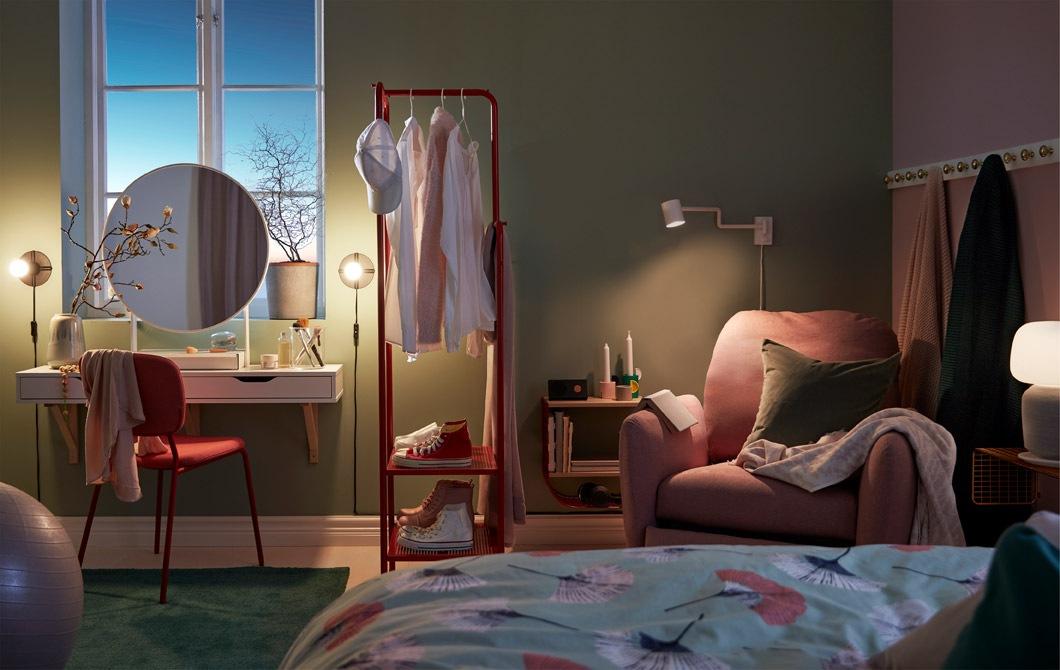 燈光昏暗的睡房內設有化妝間、分隔空間的衣帽架和設有躺椅的閱讀區。