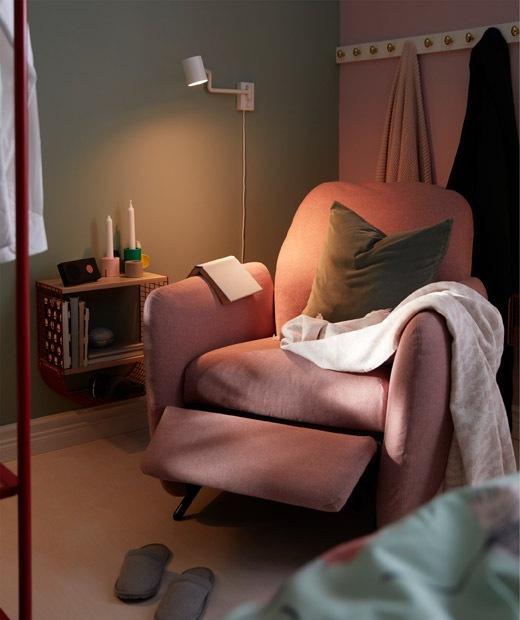 睡床和屏風之間的角落,放有躺椅、掛牆閱讀燈和小牆架。