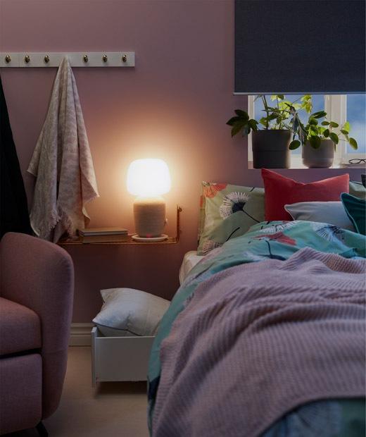 窄身床邊牆架上放有無線喇叭檯燈,在昏暗的睡房散發柔和光線。
