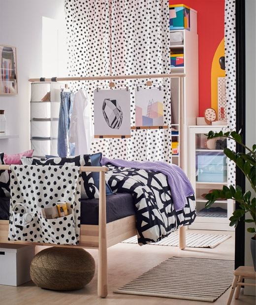 睡房最遠的牆壁設有開放式和封閉式貯物,並以布簾遮蓋,高身床頭板則用作屏風。
