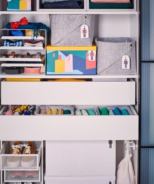 沒有櫃門的衣櫃框放滿各種抽屜和貯物箱,裡面裝滿衣物和配飾。