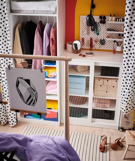 靠牆擺放多個開放式和封閉式貯物,貯物櫃前的布簾和床尾之間形成一條走廊。