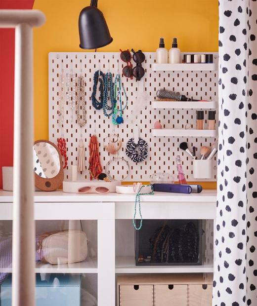 上牆洞洞板上有不同掛鈎和小型層板,用作收納頸鏈、手鏈、太陽眼鏡和化妝品。