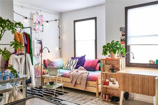 傢具密集的小公寓,設有層架、衣帽架,以及以咕𠱸和兩張矮疊床組成的梳化。