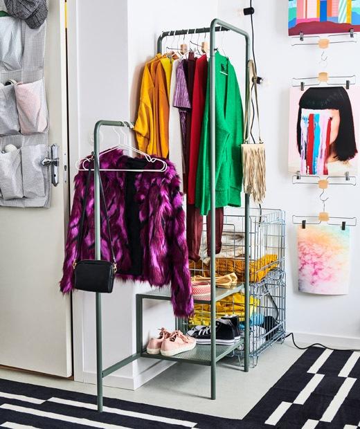 房間一角放了一個開放式小衣櫃,衣物掛在衣帽架和摺好放在鋼條籃裡。