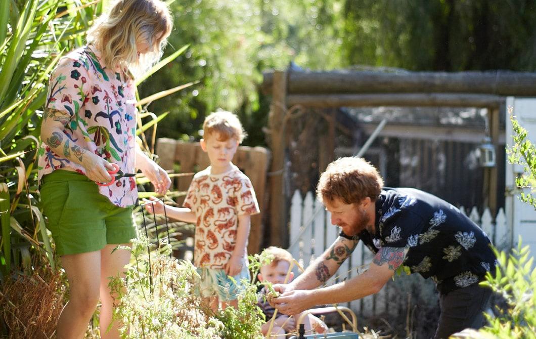 Nici、Ben和兩名兒子在花園種菜。