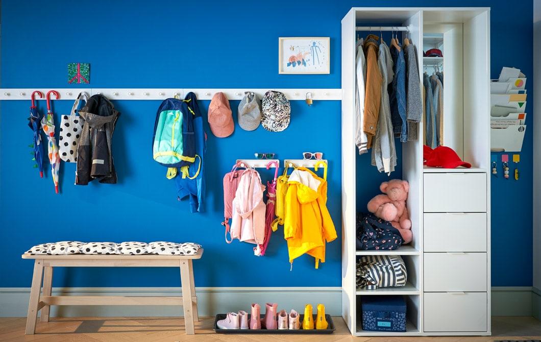 藍色玄關放有衣帽架、長几和衣櫃貯物。