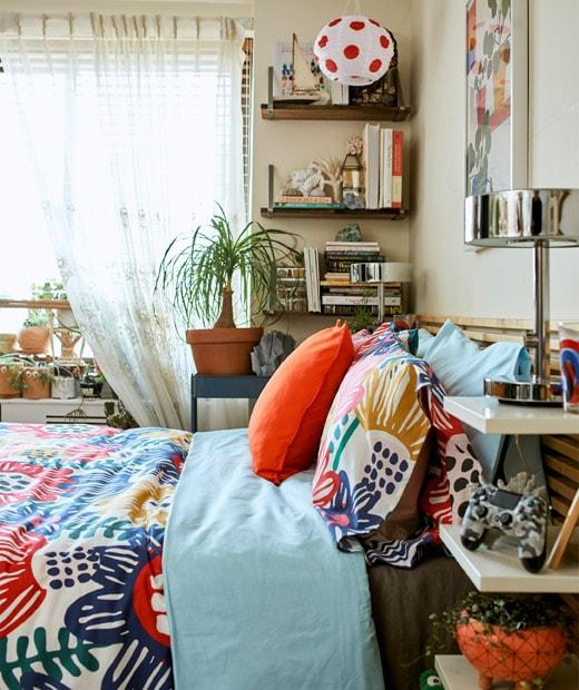 床上放有彩色布藝產品,床頭板和牆架附貯物空間