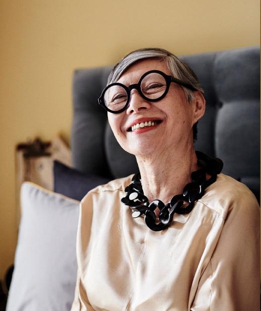 一位戴上黑框眼鏡和黑色頸鏈的女士照片。