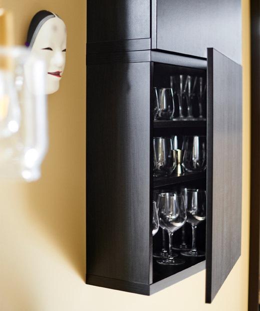 打開門的黑色吊櫃,櫃內放滿玻璃杯。