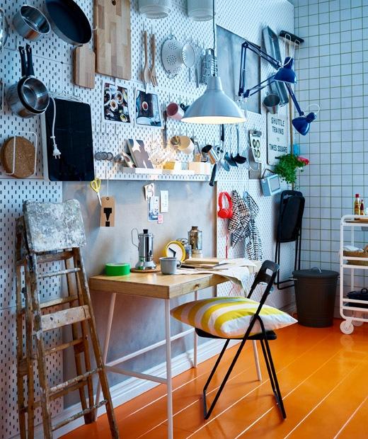 廚房的牆上舖上通花瓷磚,廚房用具以掛鈎掛起,另外還有一張早餐檯和摺椅。