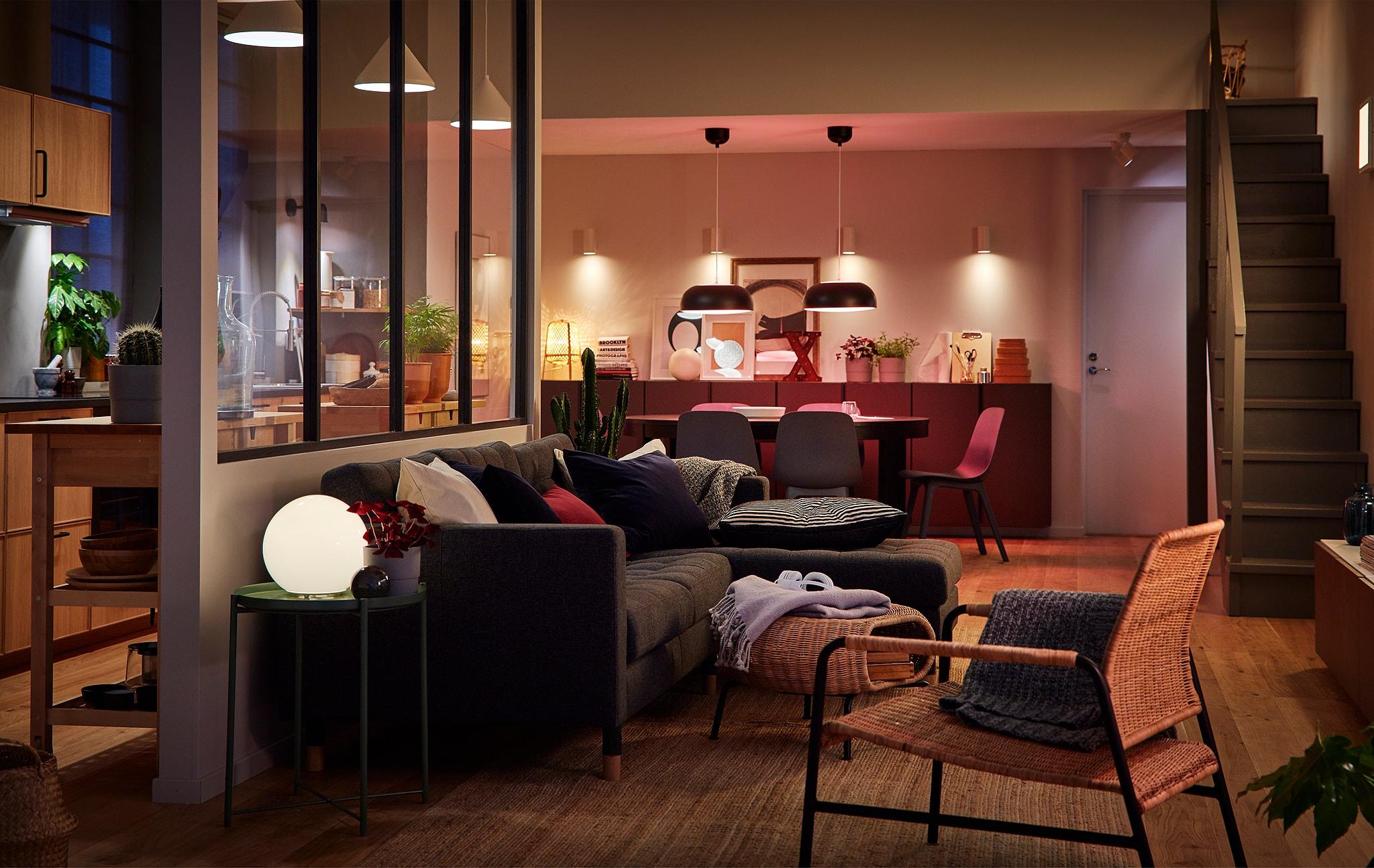 大房間內有簡單劃分的廚房、飯廳與客廳,並以不同燈源照亮空間。