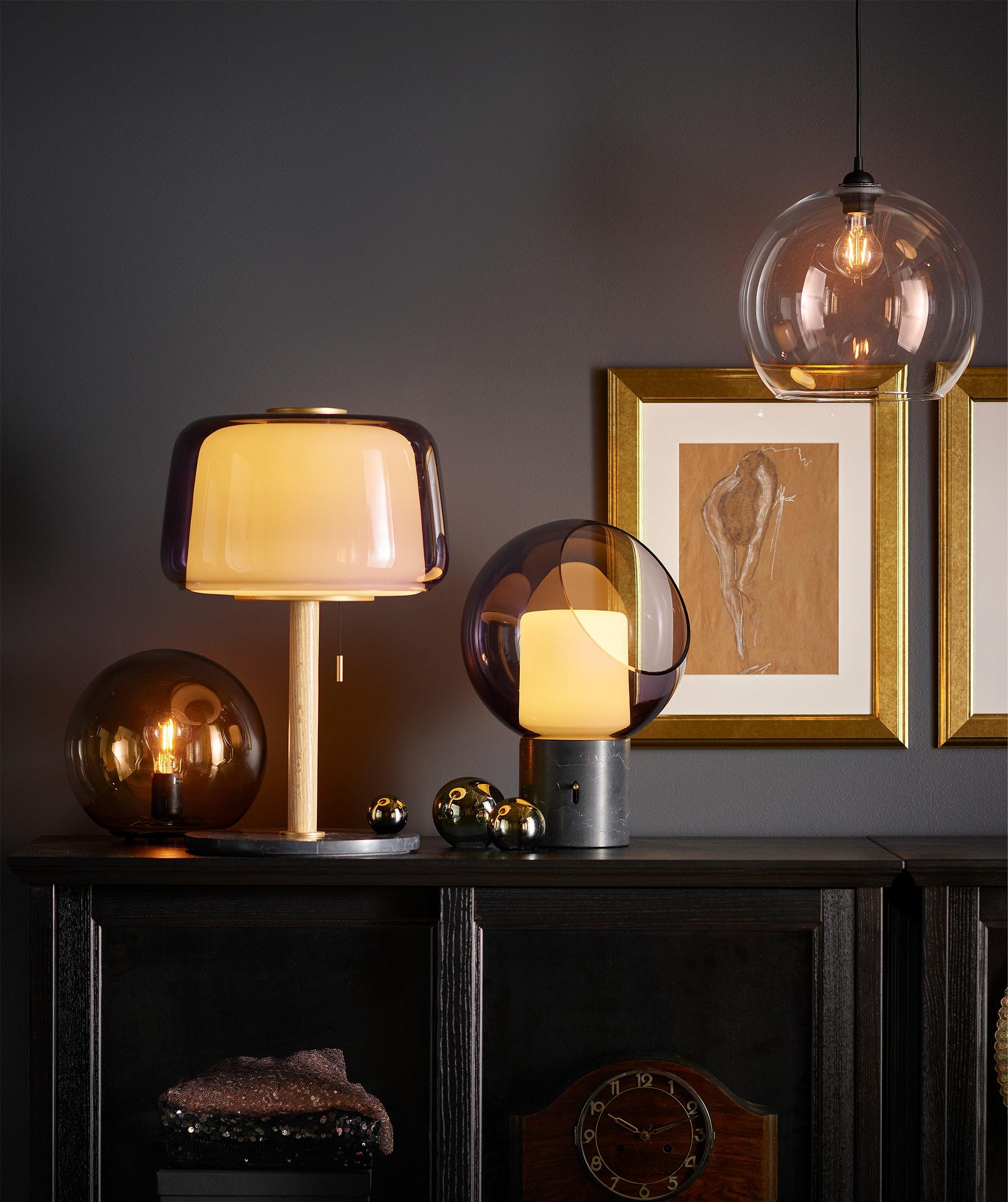 睡房外的空間,層架下方設有LED燈串,以柔和的光線照亮地板。