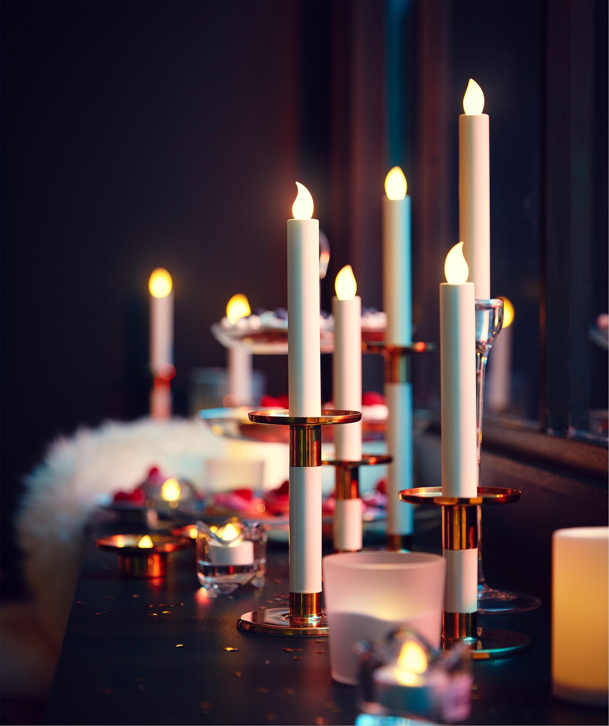 長而深的窗台擺滿LED蠟燭和茶燭,鋪有一張用來坐的羊皮,還有盛載小食的糕餅架。