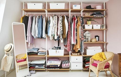 設計整齊的開放式衣櫃
